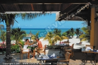 le_victoria_hotel_mauritius_couple_having_lunch_at_the_restaurant.jpg