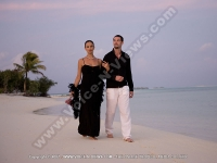 diva_maldives_hotel_maldives_couple_having_a_walk_on_the_beach.jpg