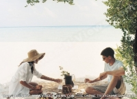 kanuhura_resort_maldives_couple_having_lunch_at_the_beach.jpg