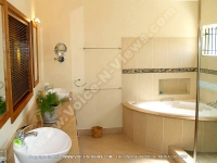 beach_villa_orchidee_mauritius_bathroom_and_jacuzzi.jpg