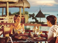 la_pirogue_resort_mauritius_couple_in_restaurant.jpg